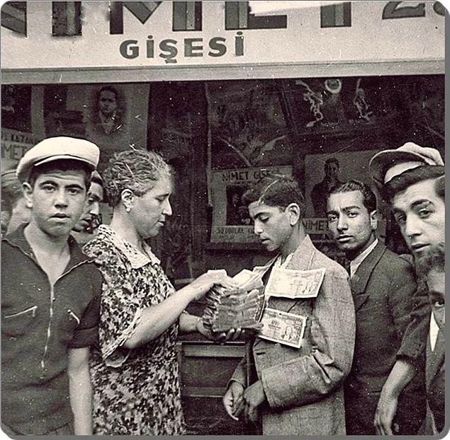 Milli Piyangocu Nimet Abla bir talihliye ikramiyesini teslim ederken - 1943