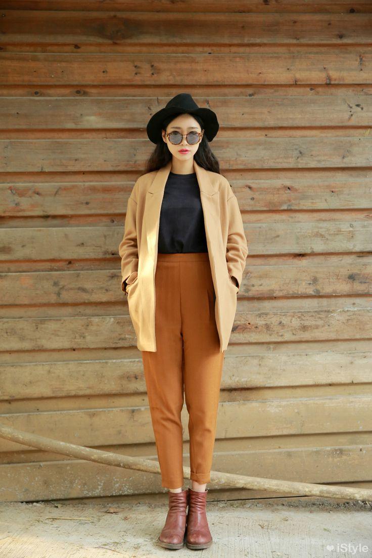 Moda feminina no inverno com as peças básicas da estação: casacos,moletom, blazers, coletes, chapéus, botas e cachecol.
