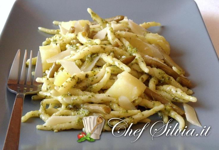 Pasta pasta with pesto sauce - Trofie con pesto alla genovese http://www.chefsilvia.it/ricette-pasta/item/ricetta-insalata-di-trofie-al-pesto.html?category_id=208