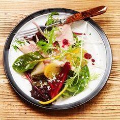 ZTRDG ziet de lente al komen met de eerste voorjaarsgroente en maakt een frisse salade met gerookte forel. Heerlijk als voorafje of als lunchgerecht. Lees meer op ZTRDG.nl.