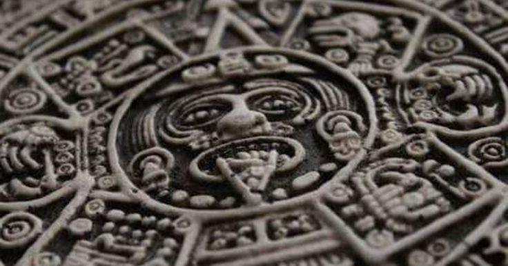 1.  La Cuauhxicalli (Piedra del Sol) data de la época del Tlatoani Axayácatl, el sexto gobernante mexica. Se estima que fue construído alrededor de 1479 y se sabe que ocupaba un lugar destacado en el Templo Mayor de Tenochtitlán. Su diámetro es de 3.60 metros y pesa 25 toneladas.  2.  Fue derribado por los españoles, quienes decidieron enterrarlo, en su intento por aniquilar la religión mexica. Así permaneció durante 270 años, cuando fue redescubierto en 1790. Actualmente preside la sala…