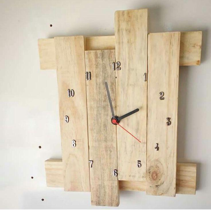 Relógio de madeira reciclada ,e tratada  @desigual_atelie  62-981756825
