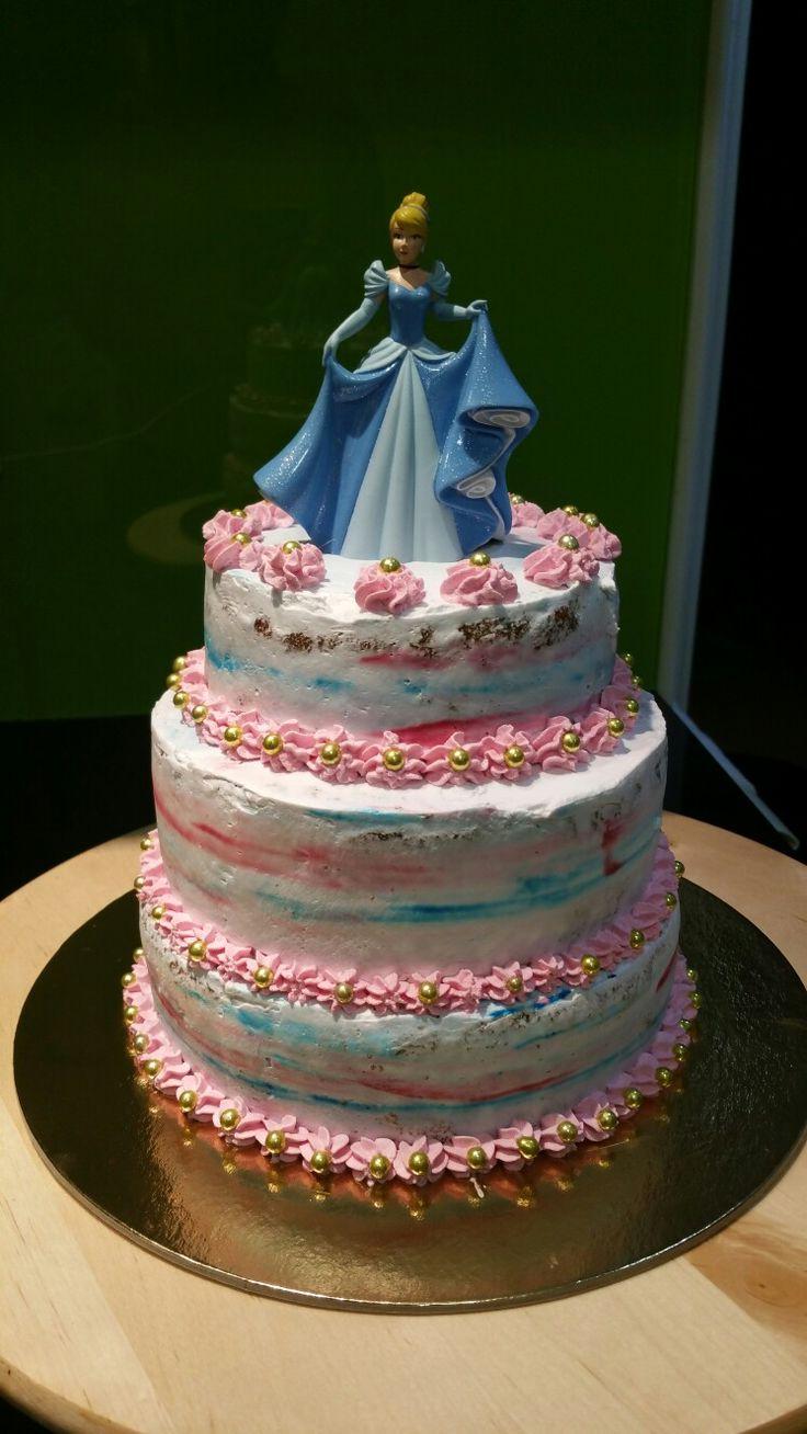 Bolo de aniversário com o tema Cinderela
