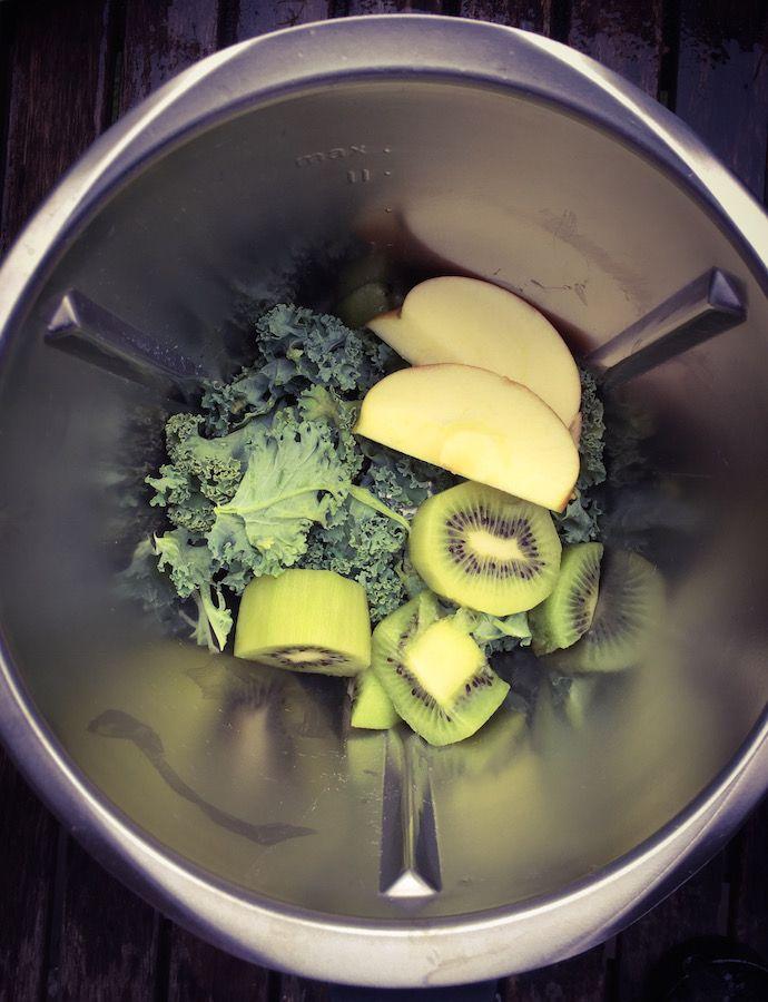Les jus des smoothies sont idéaux pour assimiler les vitamines et les minéraux essentiels contenus dans les aliments. Les jus permettent au corps d'absorber rapidement et efficacement les nutriments, ils sont rapides et faciles à préparer. Contrairement aux jus, les smoothies contiennent toutes les fibres et légumes, ils sont un substitut de repas plus complet. Le Chou Kale contribue à détoxiquer le corps et favorise la perte de poids.