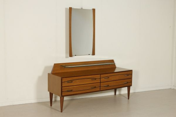 Comò con specchio; legno impiallacciato palissandro, ripiano in vetro. Buone condizioni, presenta piccoli segni di usura. Misure specchio: H.99, L.64, P.3