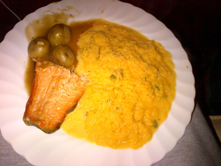Salmon and roasted potatoes accompanied by broccoli and cheddar rice