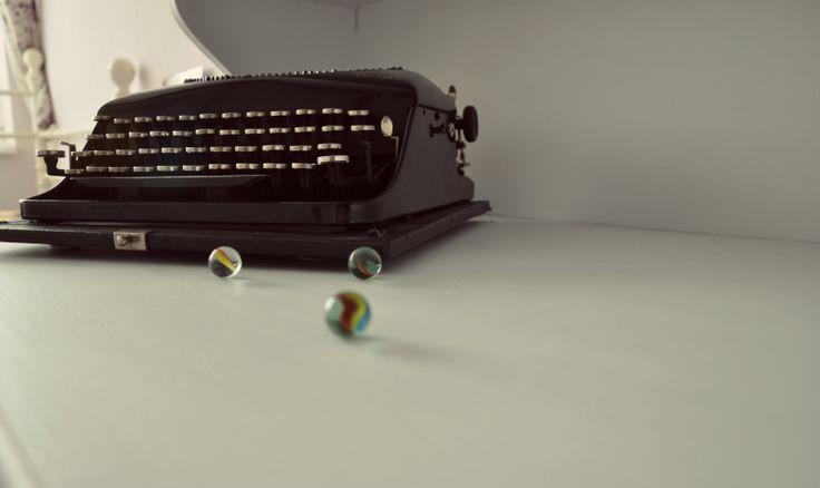 Remington Portable, írógép, üveggolyók.