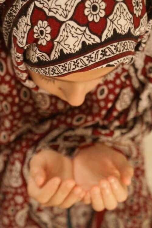Muslim girl praying picture