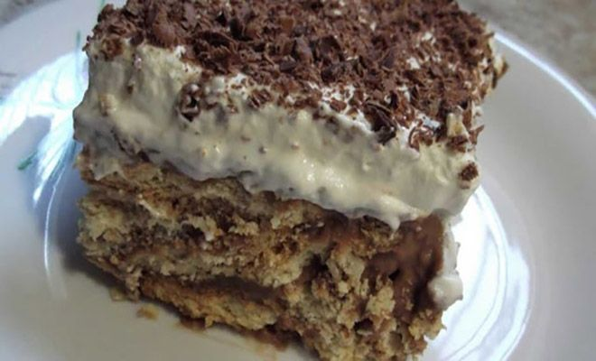 Μια συνταγή για μια φανταστική, εύκολη και πολύ γρήγορη μπισκοτένια τούρτα. Ένα υπέροχο δροσερό γλυκάκι για όλες τις ώρες. Υλικά συνταγής 2 πακέτα μπισκότα πτι μπερ 250 γρ μαργαρίνη 1 λίτρο γάλα 6 κ.σ κορν φλάουρ 10 κ.σ ζάχαρη 100γρ κουβερτούρα 2 φακελάκια σαντιγύ σε σκόνη λίγο κονιάκ λίγο τριμμένο φουντούκι ή καρύδι (προεραιτικά) τρούφα,τριμμένη …