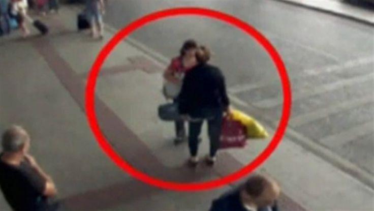 Hon försöker sälja sitt barn på flygplatsens toalett