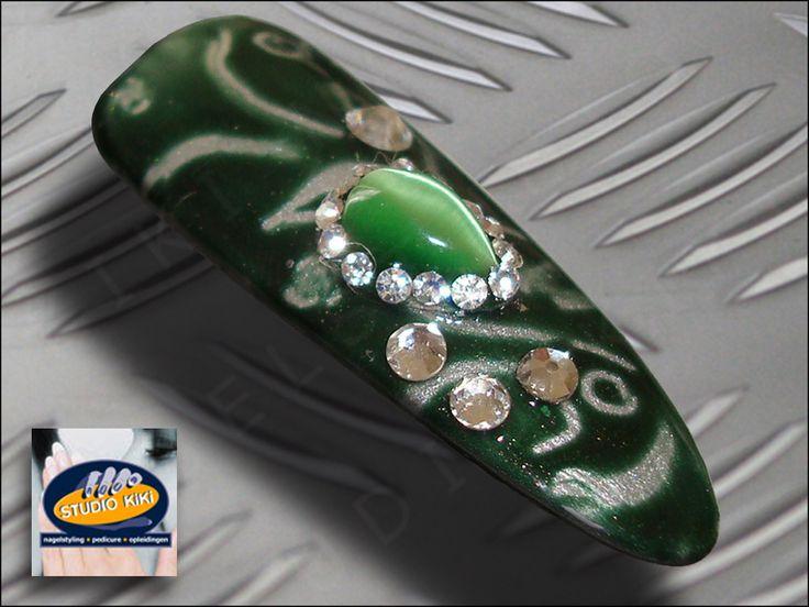 Najaar/winter #shellac Nail Art Specials De nagel trend is Ovaal/Amandel gevormde (kunst)nagels met Nail Art Shellac #nagellak . Op basis van de nieuwe Forbidden Collection hebben wij inspirerende #nailart voorbeelden gemaakt zoals deze Layering met de nieuwe Shellac kleur Steel Gaze en Pretty Poison, #swarovski steentjes en smaragd groene steen die wordt beschouwd als de koning van de edelstenen. http://nagelstudio.kiki.nl/shellac.html #nagelstudio #kiki #nails #gellak