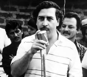 Este es Pablo Escobar.  Pablo Escobar fue el mejor narcotraficante en Colombia.  Su cartel controlaba el 80 por ciento de la cocaina enviada ilegalmente en los Estados Unidos.