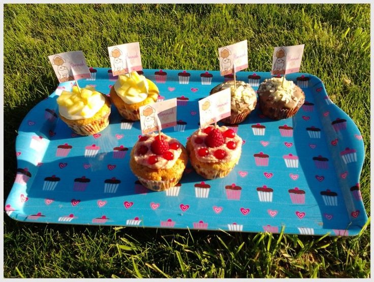 New recipes! Kokos cupcakes met mascarpone- kokosroom en verse ananas - chocolade cupcakes met zelfgemaakte chocolademousse en schilfers - vanille cupcakes gevuld met aardbeienconfituur, aardbeien-topping, framboosjes en rode besjes.