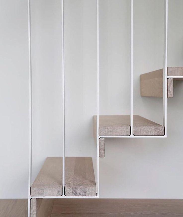 Una escalera de madera y metal acabada al detalle.