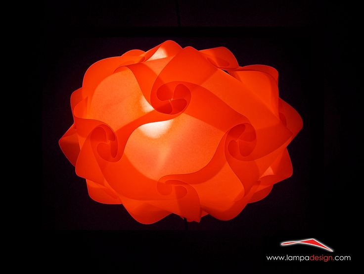 Lampada UFO è un lampadario dal design moderno. Lo trovi qui: http://www.lampadesign.com/scheda.php?id=9 Perfetto per l'illuminazione di tutti gli ambienti  E' ideale anche per soffitti bassi data la sua ridotta altezza  Supporta lampadine a risparmio energetico (qualsiasi Watt)  Per avere tanta luce inserisci il bianco e aggiungi i colori che più ti piacciono  Te lo costruiremo come tu lo desideri ! Dai un tocco di meraviglia