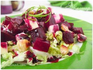 Салат из печеной свеклы с фетой и орехами со смородиновым соусом