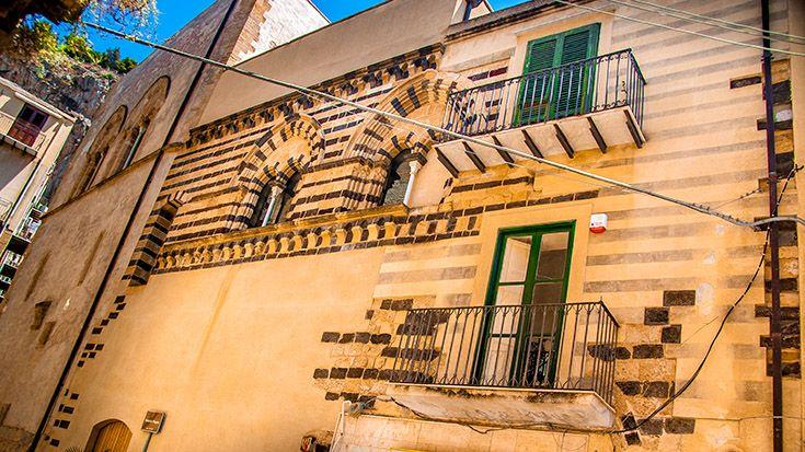 """Cefalù - das Osterio Magno ist normannischen Ursprungs. Man erkennt es nicht nur an den charakteristischen mittelalterlichen Fenstern, sondern auch an der Wuchtigkeit. Und genau daher rührt der Name: """"Osterio"""" bedeutet """"befestigtes Haus"""". Man vermutet, daß sich dieses """"befestigte Haus"""" der erste normannische König von Sizilien höchstpersönlich hat bauen lassen. http://www.trip-tipp.com/sizilien/ausfluege-stadt/cefalu.htm#OsterioMagno"""