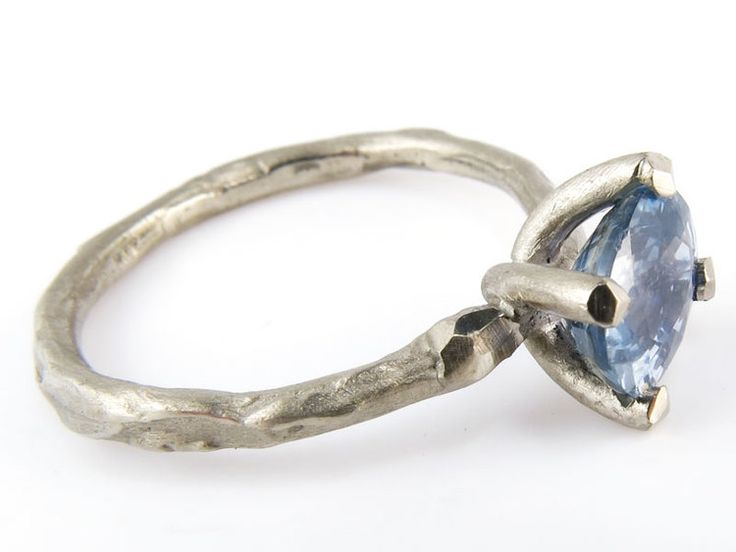 -Takjes- verlovingsring witgoud met blauwe saffier