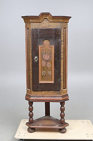 196533. HÖRNSKÅP, allmoge, 1700/1800-tal. – Auctionet