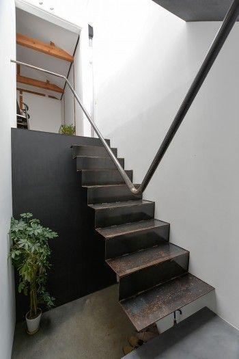 階段をスチールにしたのは、その下に玄関があるため高さをできるだけ取りたかったのと開放感を出したかったため。