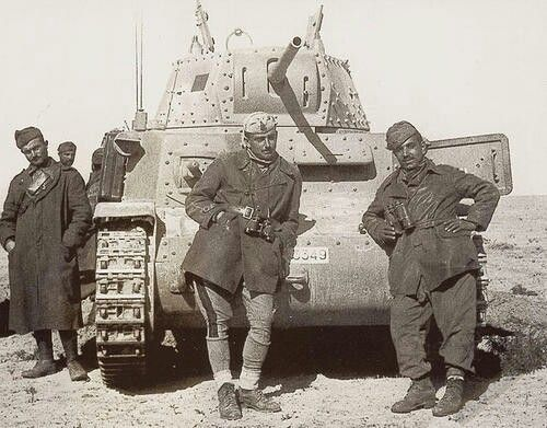 Italian tank crew in front of their M13/40