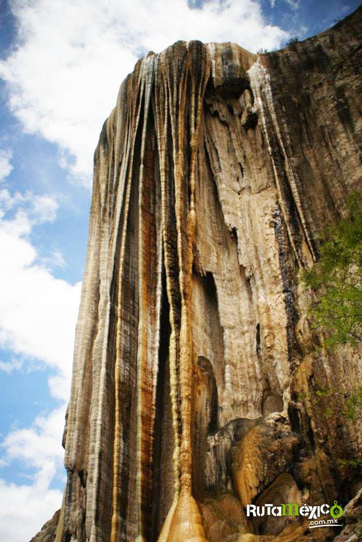 Conoce las cascadas petrificadas de #HierveElAgua de 200 metros de altura en #Oaxaca  #WeLoveTraveling www.rutamexico.com.mx Whatsapp: (442) 350 4324 correo electrónico: info@rutamexico.com.mx  #Viajes #ViajesPersonalizados #ViajesNacionales #ViajesInternacionales #ViajesGrupales