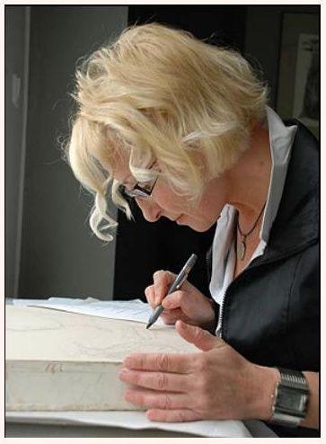Marina Richterová - narodila se 21.6.1962 v Moskvě. Zde studovala Francouzské lyceum a Střední uměleckoprůmyslovou školu, obor miniatura a ikona.Od roku 1983 žije a pracuje v Praze.V roce 1990 absolvovala VŠUP v Praze-obor ilustrace a grafika. Po absolutoriu se věnovala volné grafice, ex libris a ilustraci.Vytvořila více než 180 ex libris pro sběratele  z celého světa. Ilustrovala několik knih, k nejkrásnějším patří ilustrace k Shakespearovým dílům Král Lear a Sonety.