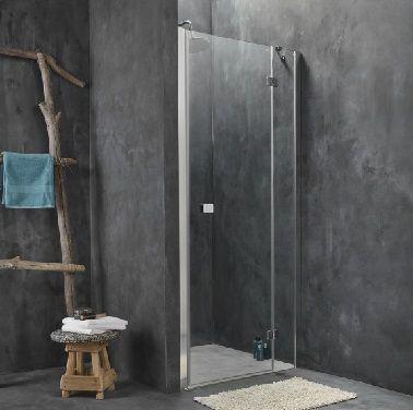 Envisager l'aménagement d'une douche italienne dans une petite salle de bain n'a rien de farfelu ! Installée dans un angle, la douche est fermée par une porte pivotante en verre transparent qui laisse apercevoir l'élégant béton ciré gris anthracite des murs et du sol. Dans cette ambiance zen, une échelle en bambou sert de porte serviettes.