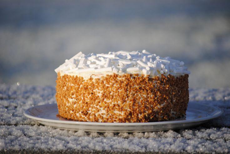 Al eerder stuurde Culy lezeres Kim haar recept voor de wonderbaarlijke chocolade-amarenen taart, en bij het zien van deze chipolatataart vielen we al helemaal in katzwijm. Verwarm je oven voor op 180 graden en bedek de bodems en randen van de vormen met bakpapier (lijm ze eventueel vast met een klein beetje boter). Klop de …