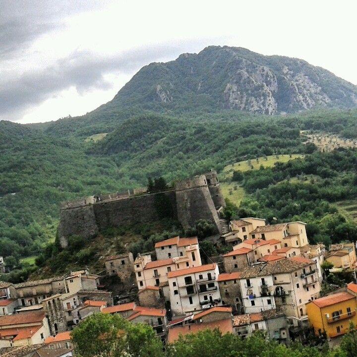 Castello di Cerro al Volturno che domina la valle - provincia di Isernia. 41°39′00″N 14°08′00″E