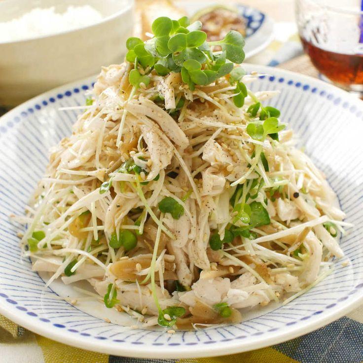 「鶏ささみとザーサイのねぎサラダ」のレシピと作り方を動画でご紹介します。ネギとかいわれ、ザーサイのシャキシャキとした食感がたまらない、さっぱりとした夏にぴったりのサラダです。ごま油の香りを食欲をそそりますよ。