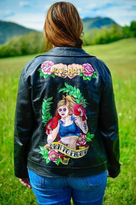 vintage leather jacket  nuova realizzazione partendo da un v in pelle nera anni 90 ... new project: '90 female leather jacket, hand painted #borntofight #dipintoamano #handmade #vintage #tattoostyle #boxinggirl #jacket #maidomo #lovehate