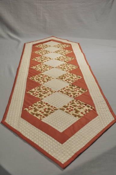 Caminho de mesa vermelho e bege.  Forrado com manta acrílica e quiltado, 100% algodão.   Tamanho aproximado (L x C): 40cm x 130cm R$ 94,00