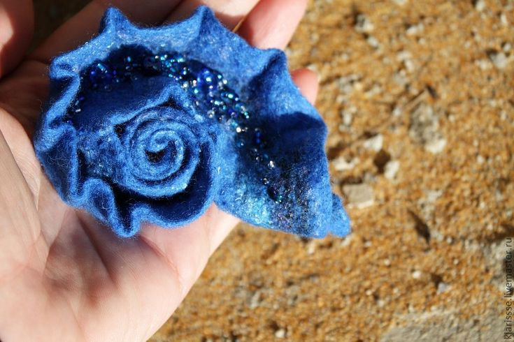 "Купить Синяя войлочная брошь - раковина ""В тени морских глубин"" - синий, королевский синий"