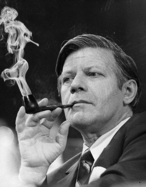 Als im Mai 1974 Helmut Schmidt die Kanzlerschaft übernahm, traf dies auf regen...