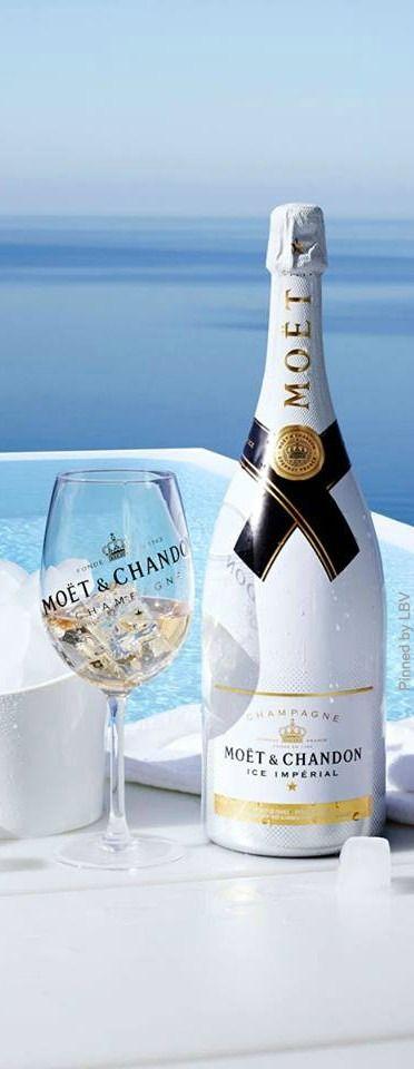 Caribbean Champagne Un trago que resulta algo pesado por la presencia de ron y licor de banana, pero su sabor es exótico, ya que las burbujas del champagne le dan una expresión especial. Ingredientes: 1/2 cucharadita de ron blanco 1/2 cucharadita de licor de banana Champagne extraseco Ocean side champagne