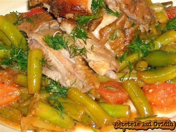 Azi am îmbogăţit cu ceapă şi usturoi verde o mâncare de fasole verde cu carne de pui condimentata si aromata cu marar. Retete fasole verde