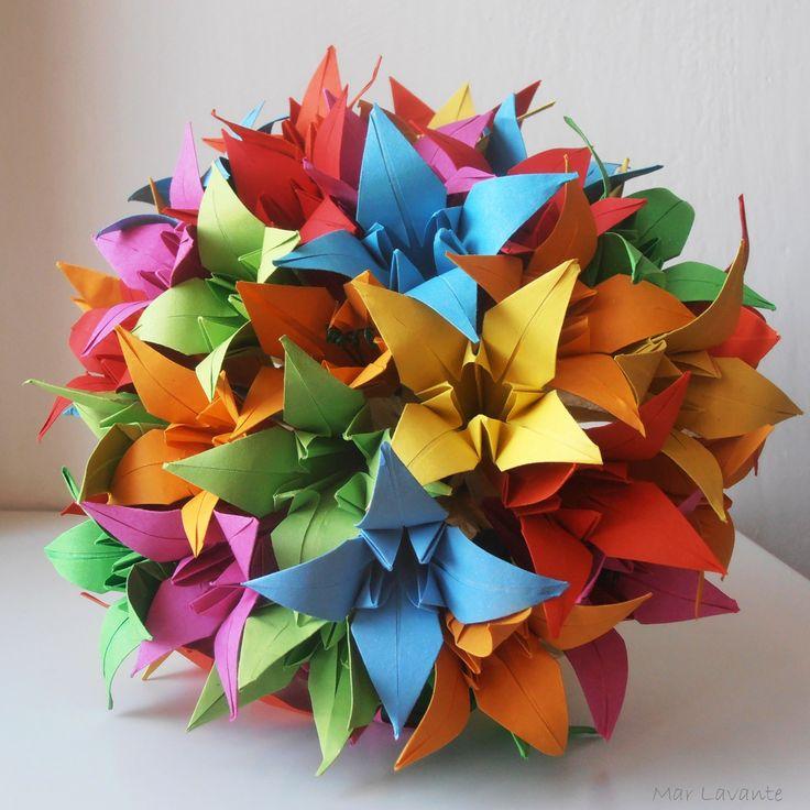 Rue Beaubourg Velká origami kytice lilií poskládaná z mnoha barevných květů. Originální, nápaditá, veselá, trvalá krása. Průměr kytice je cca. 20 cm, výška kytice 28cm. Nikdy neuvadne a je vhodná i pro alergiky :) V krémové papírové manžetě. Tuto kytici mohu poskládat v kombinaci libovolných barev na vaše přání. Origamije tradiční japonské umění, které se ...
