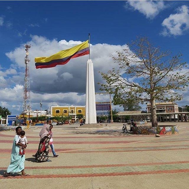 """Plaza principal de URIBIA - LA GUAJIRA """"la capital indígena de Colombia"""" , la tierra que brilla.   Fotografía; @benhauer"""