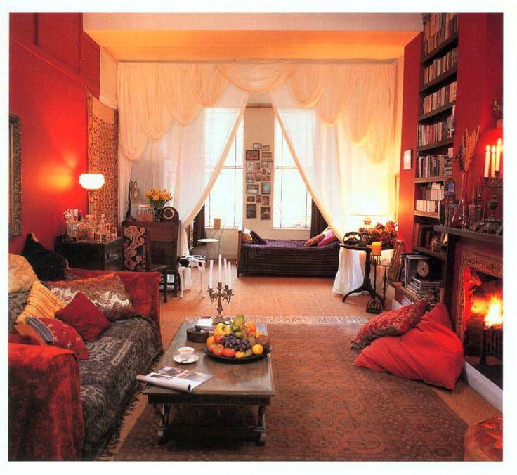 アジアンチックなインテリアで飾られたリビングは、赤い壁で雰囲気はバッチリ。白いカーテンから奥は、趣が違う落ち着いたベッドルームになっています。