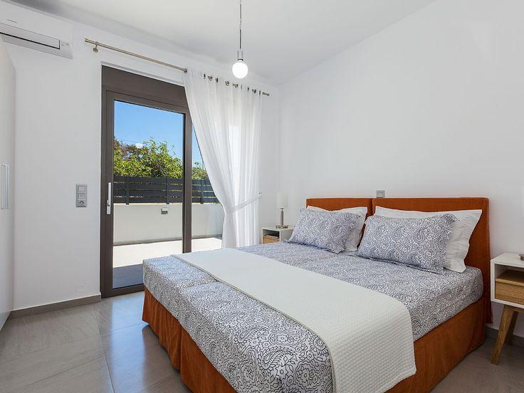 Rethymno villa rental - Twin bedroom with balcony access!