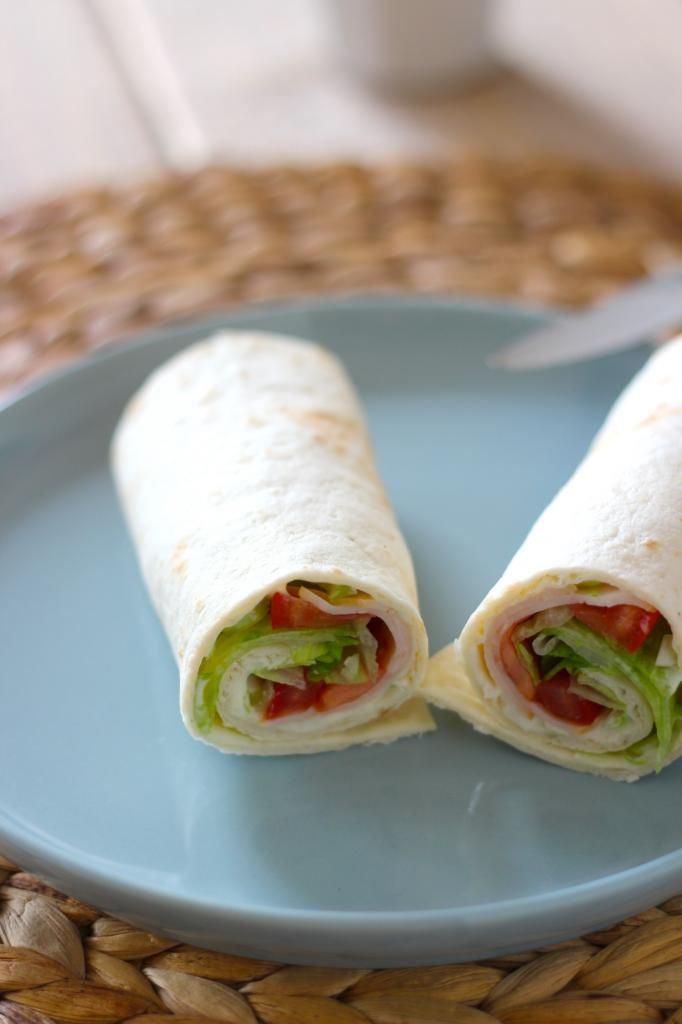 Lunchwrap met smeerkaas, kipfilet, bosui, tomaat en sla