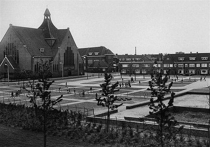 Schimmelplein 1957   Links de kerk van O.L.Vrouw van Goeden Raad op de hoek met de Bosboom Toussaintstraat