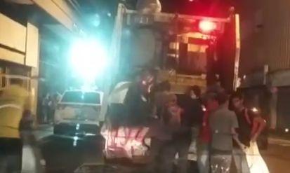 """VIDEO exclusivo: Mientras Venezuela """"cena"""" diálogo, jóvenes buscan restos de comida en camión de basura - http://www.notiexpresscolor.com/2016/11/02/video-exclusivo-mientras-venezuela-cena-dialogo-jovenes-buscan-restos-de-comida-en-camion-de-basura/"""