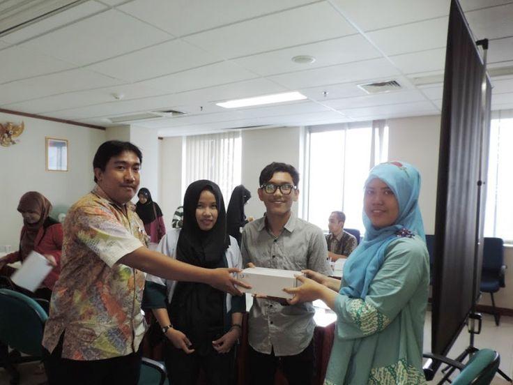 Penyerahanan alat e-Pos secara simbolis petugas UPPD Kembangan kepada Wajib Pajak