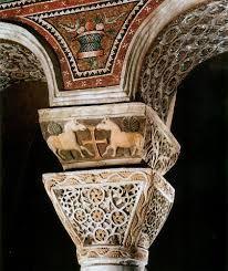 Particolare della Basilica di San Vitale. Costituite da pulvino, capitello basato su quello corinzio. Volta cassettonata. Gli agnelli sono intorno alla croce.