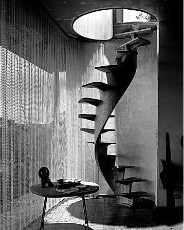 Max Dupain, 1958. El vano de la escala produce contraste a pesar de la apertura total del piso, debido a la veladura.