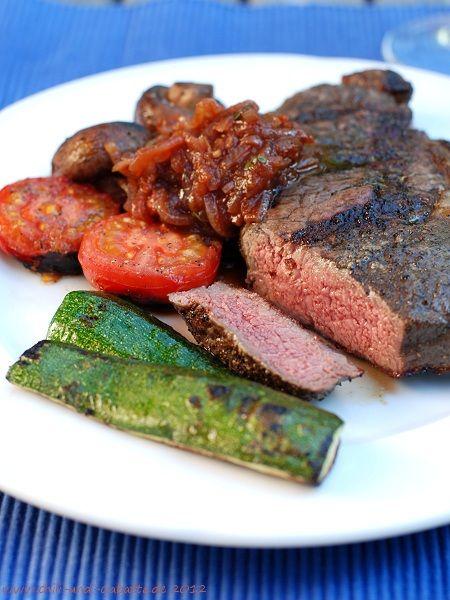 Chili und Ciabatta: Zwiebel-Tomaten-Balsamico-Sauce zu Steaks und gegrilltem Gemüse