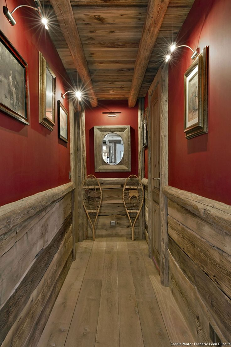 Couloir bois et rouge