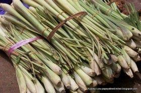 Для еды используют только белые и фиолетовые нижние части черешков лемонграсса. Зеленые верхние части отрезают и выбрасывают (ну или заваривают кипяточком, если совсем жаба обуяла).  Выловленный из супа лемонграсс не едят, хотя пожевать его тоже бывает очень приятно.